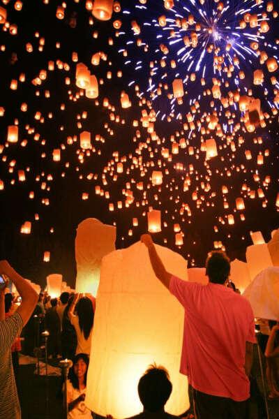 Запустить бумажные фонарики в небо...