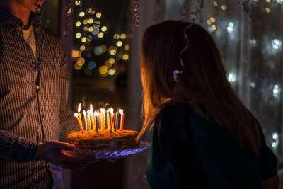 Задуть свечи на торте
