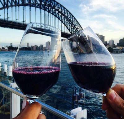 Гулять по набережной и пить вино