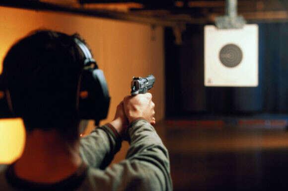 Научиться стрелять из пистолета
