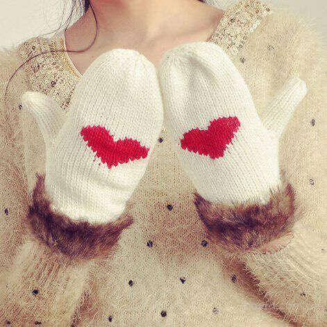 Белые варежки с сердечком