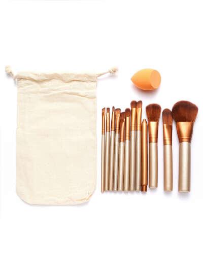 Набор золотистых профессиональных кистей для макияжа и пакет