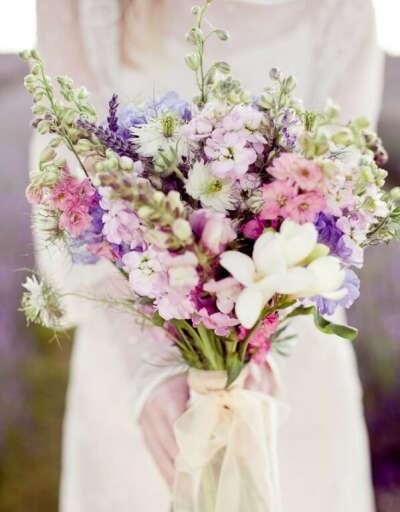 большущий букет полевых цветов