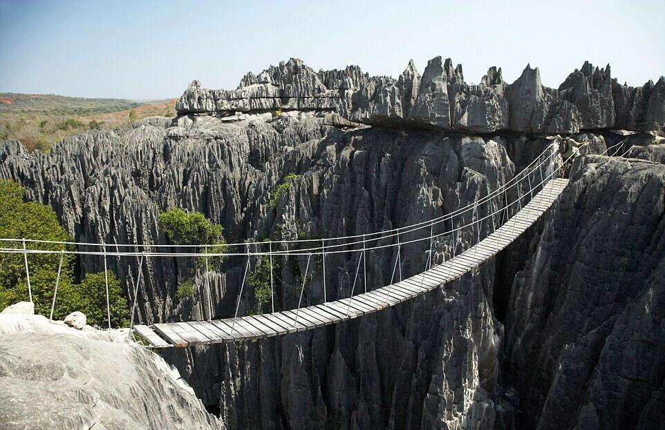 Пройтись по веревочному мосту