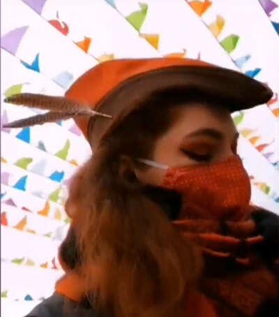 Тирольская шляпа с узкой тульей и перьями