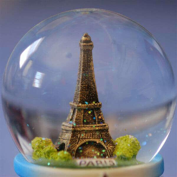 Коллекция стеклянных шаров из разных городов всего мира