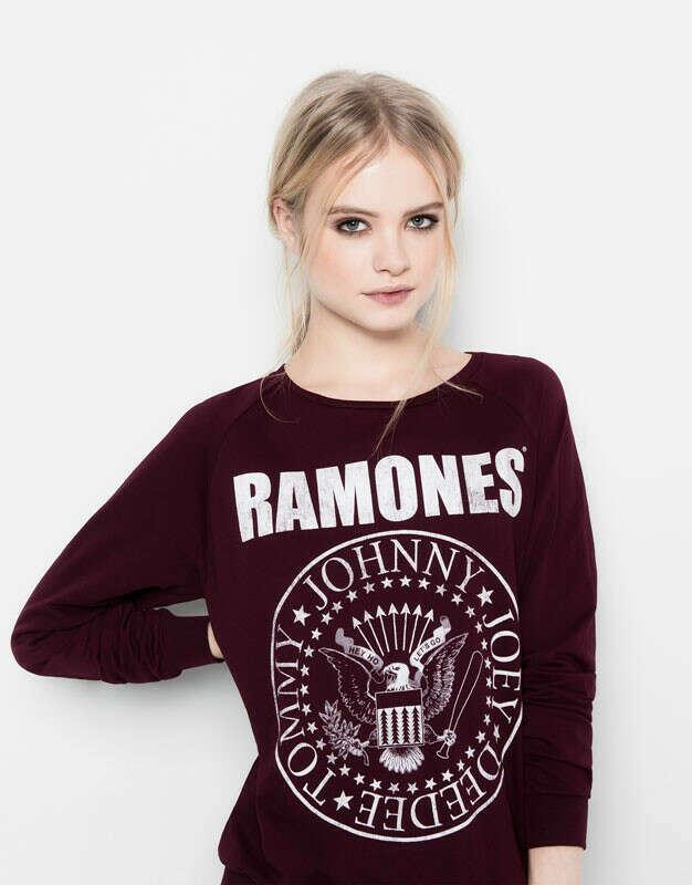 свитер с названием любимой рок группы