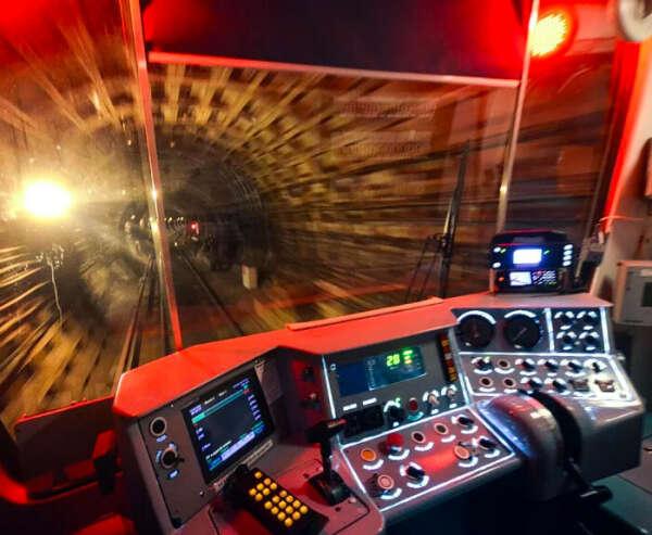 Проехать несколько станций в кабине машиниста метро