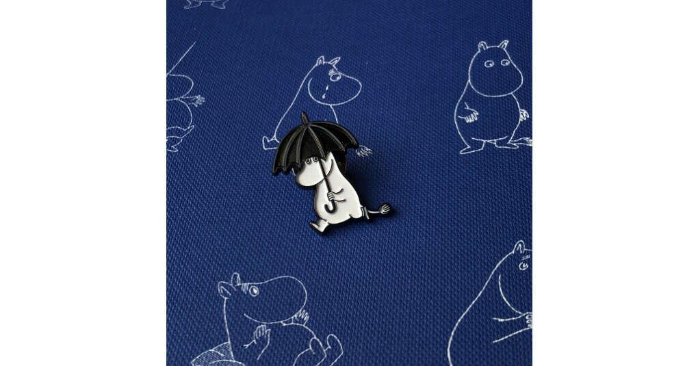 Книга Значок эмалированный «Муми-тролли. Фрекен Снорк с зонтом»