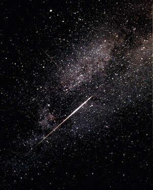 Увидеть падающую звезду и загадать желание которое исполнится....
