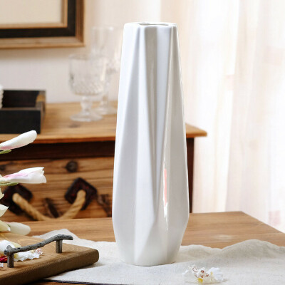 Высокая белая керамическая ваза