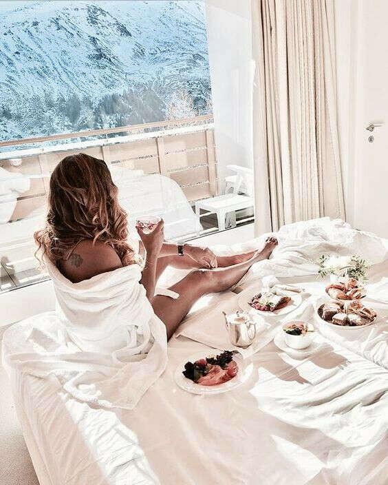 Я праздную утро Дня Рождения в отеле с красивым видом