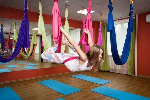 попробовать йогу на гамаках.