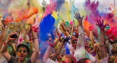 Побывать на фестивале красок.