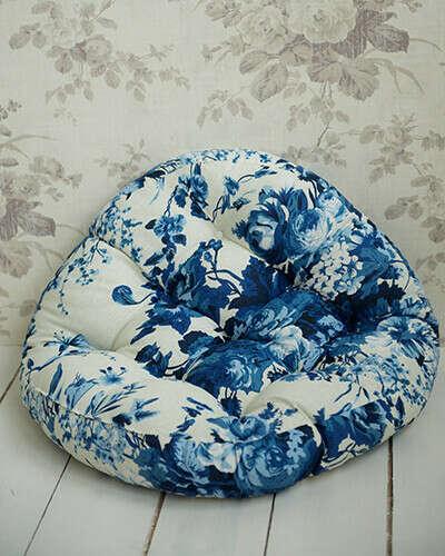 Подушка круглая с синими цветами 53см