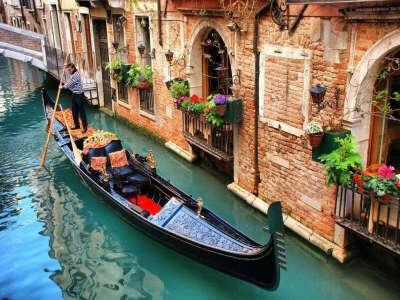 кататься на гондоле в Венеции