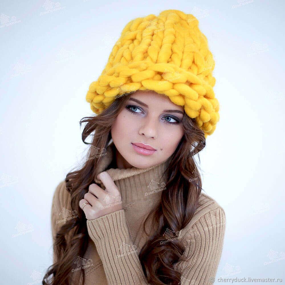 Желтая шапка из толстой пряжи