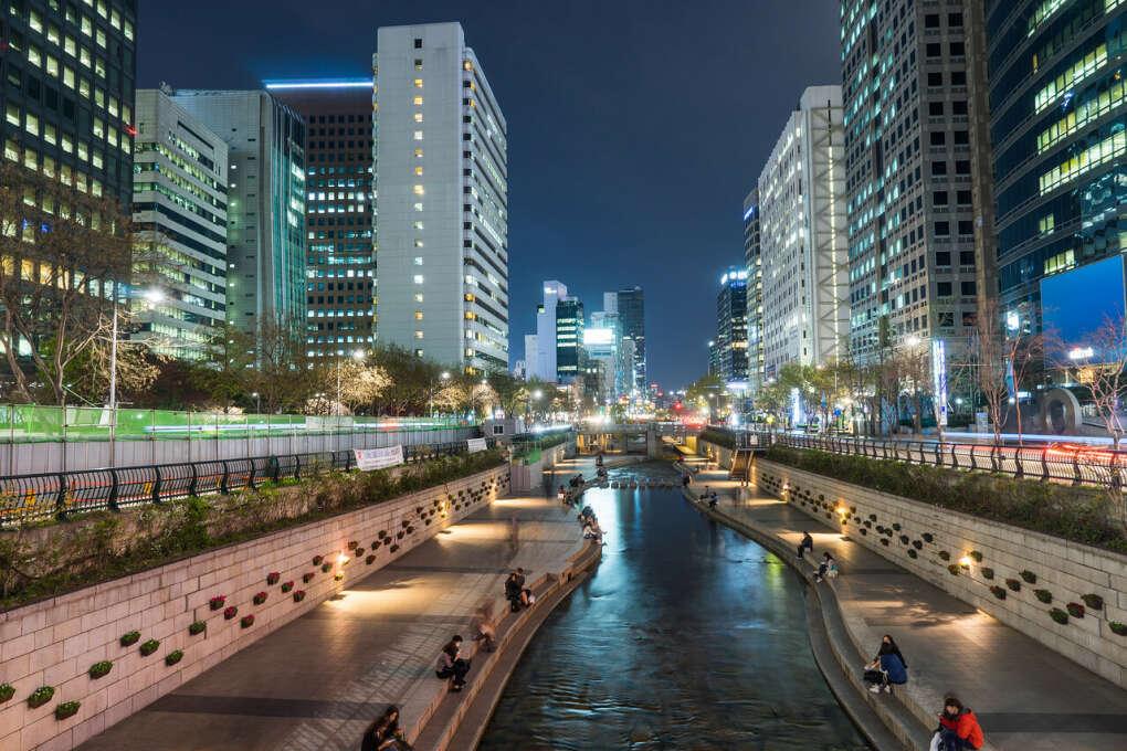 Прогуляться вдоль ручейка Чонгечон