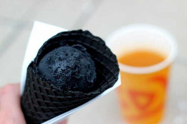 Попробовать черное мороженое))