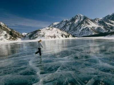 Покататься на коньках на замерзшем озере