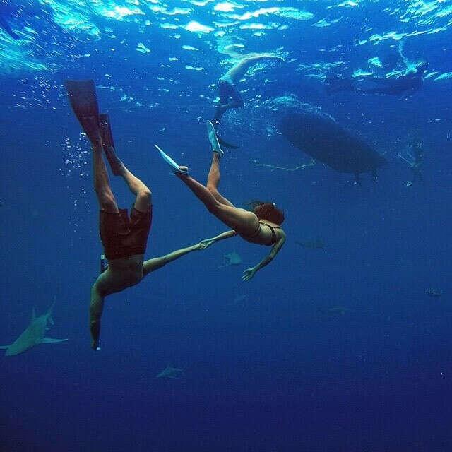 Поплавать с любимым человеком под водой в море.