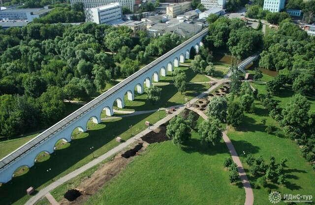 Сходить погулять в парк Акведук в Москве