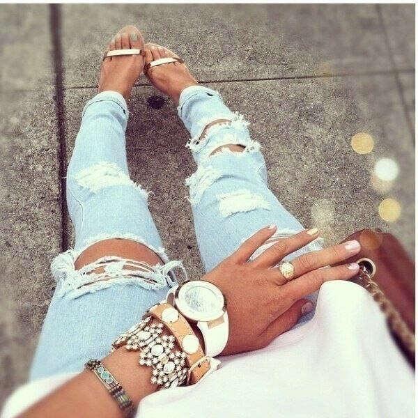 Рваные светлые джинсы