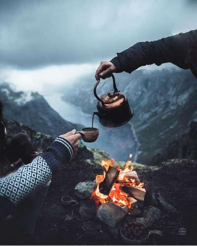 выпить горячего чая на Языке Тролля