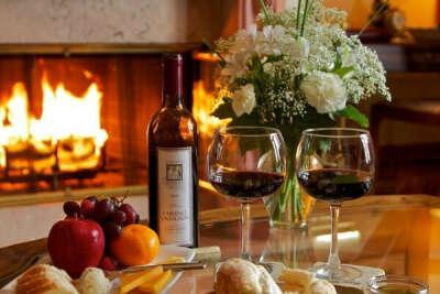 Устроить свидание при свечах и с красным вином