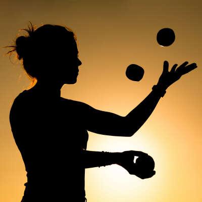 Научиться жонглировать 3 и 4 мячиками