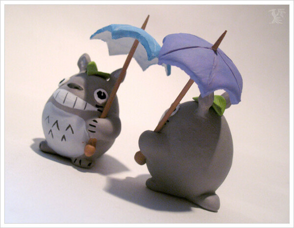 Тоторо улыбающийся с зонтиком