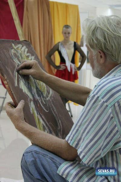 Позировать художнику