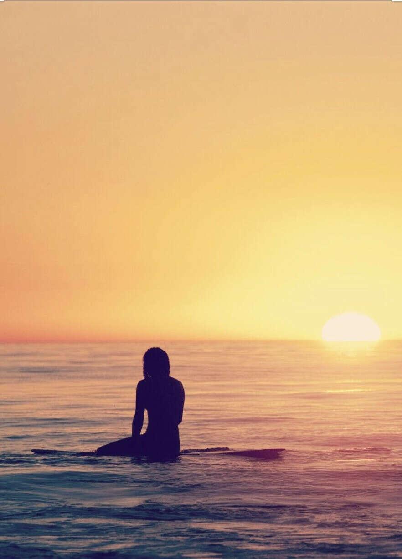 Смотрю на закат в океане.