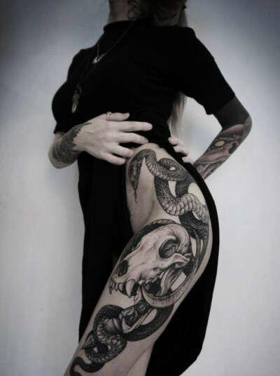 масштабную татуировку.