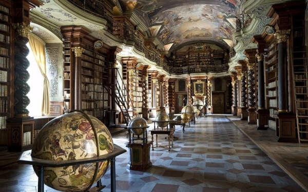 посетить Клементинум - Национальную библиотеку Чешской Республики