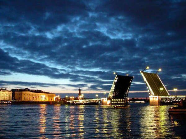 Я еду  в Санкт-Петербурге