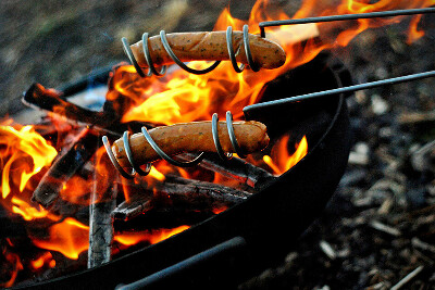 поджарить сосиски на костре