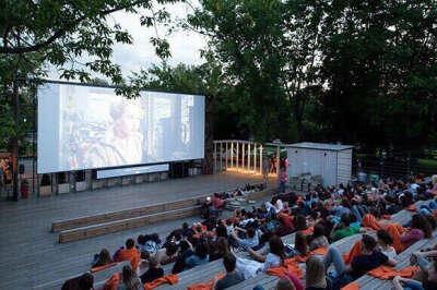 Побывать в летнем открытом кинотеатре