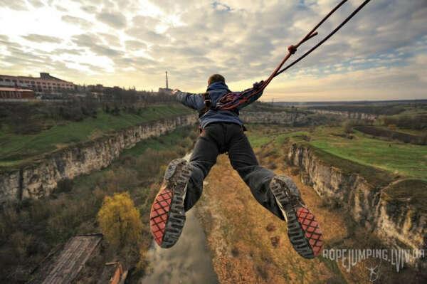 Прыгнуть с моста на альпинистской веревке (Rope-jumping)