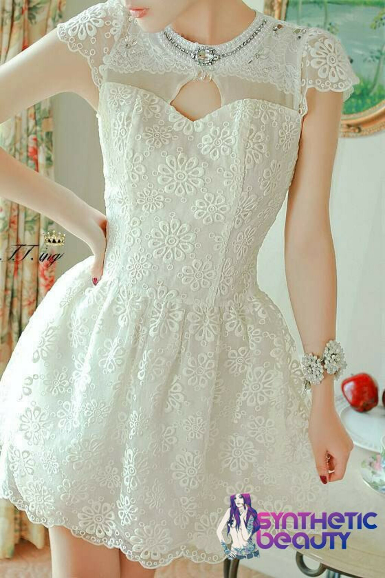 Ретро-платье с кружевным верхом и отделкой стразами