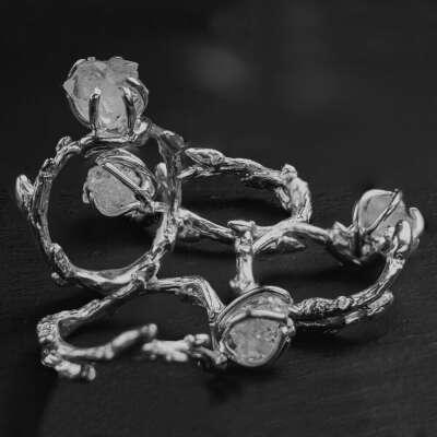 Кольцо из ветвей с кристаллом горного хрусталя