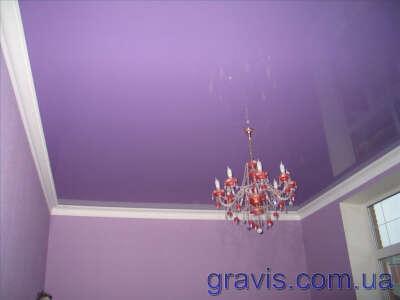 Сиреневый потолок в комнате