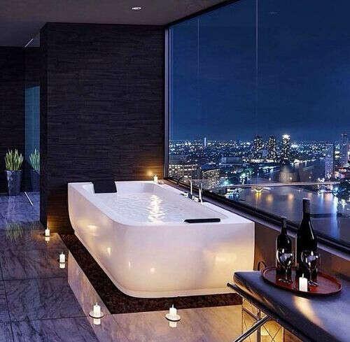 Принять ванну с видом на город