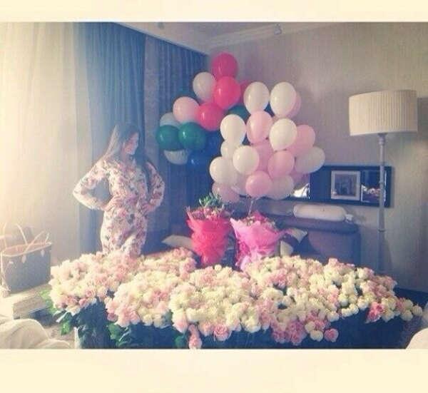 много цветов и шариков