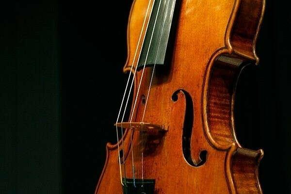 играть на скрипке