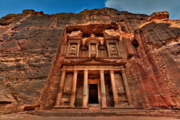 Посетить древний город Петра в Иордании и Храм-мавзолей Эль-Хазне