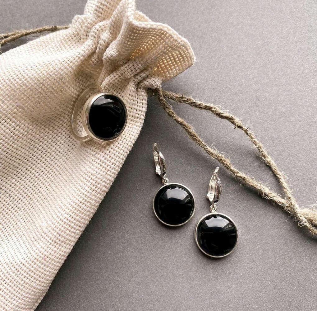Набор из серебряных кольца на мизинец и сережек с черным камушком