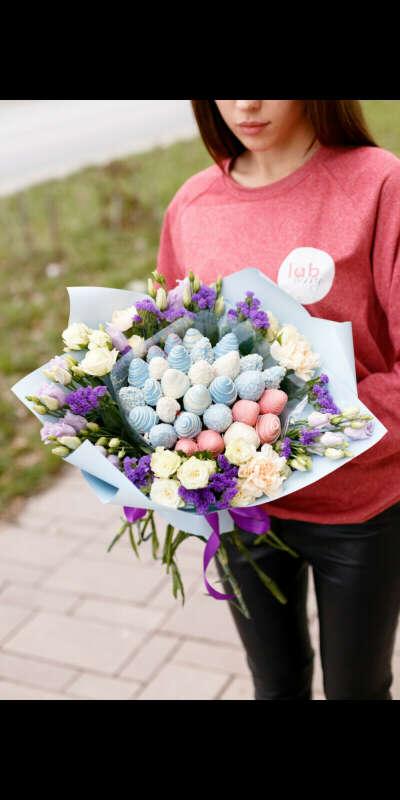 Букет(цветы и клубника)