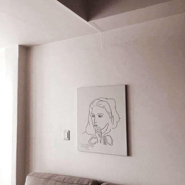 Повесить все картины на стену для картин