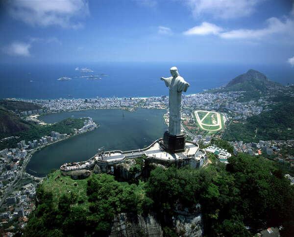 побывать в Рио-де-Жанейро (Бразилия) и сделать селфи на фоне Статуи Христа-Искупителя